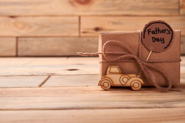 Brandmalerei auto zum vatertag. geschenkbox mit seilschleife. wie man papa gratuliert.