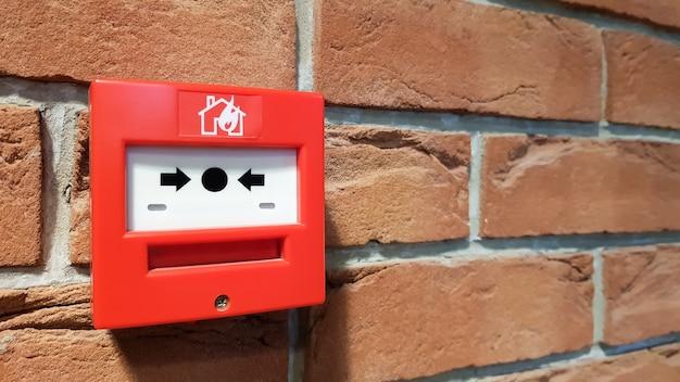 Brandmeldesystemkasten an der wand im gebäude installiert.