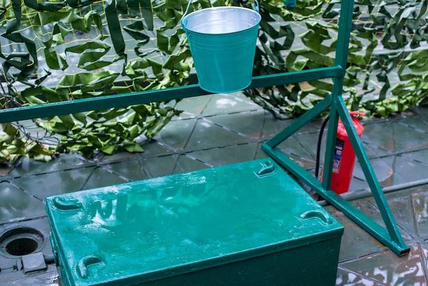 Brandschutz feuerschutz einen metallbehälter mit sand, einen eimer und einen feuerlöscher