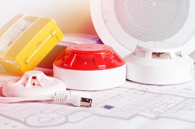 Brandschutzausrüstung und plan auf einer tabelle. gut für den standort eines sicherheitsdienst-ingenieurbüros