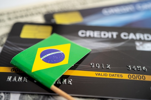 Brasil-flagge auf kreditkarte finanzentwicklung bankkontostatistik