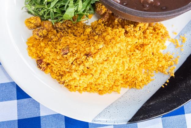 Brasilianer feijoada und krumen in der schüssel auf dem tisch