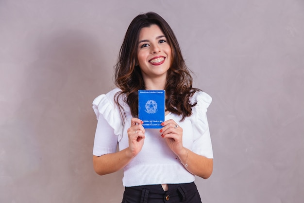 Brasilianerin mit dokumentenarbeit und sozialversicherung, (carteira de trabalho e previdencia social)
