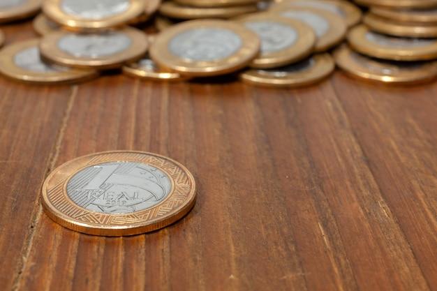 Brasilianische echte münze auf einem holztisch