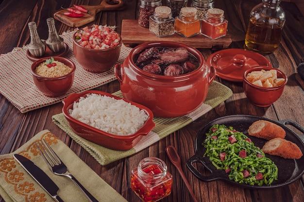 Brasilianische feijoada mit geräucherten schweinerippchen, lende und wurst