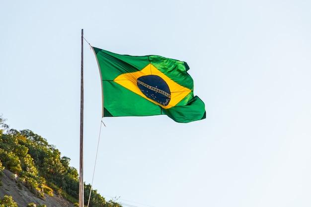 Brasilianische flagge im freien in der stadt rio de janeiro.