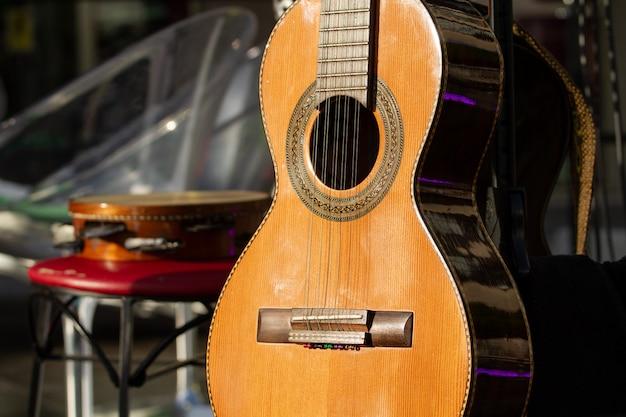 Brasilianische gitarre mit 10 schnüren, die vor der show stillsteht