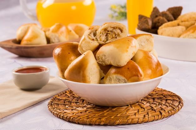 Brasilianische hühnchen-esfiha-portion auf dem tisch