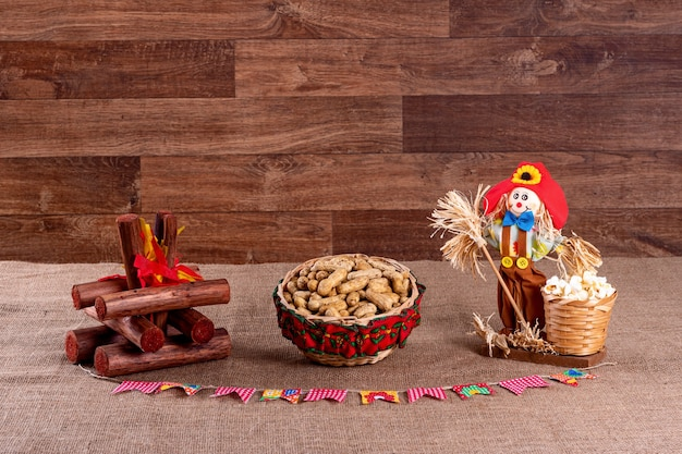 Brasilianische juni-party. typische speisen des juni-festivals. hominy, gekochter mais, maiskuchen, popcorn, brokkoli, paçoca, genipapo und erdnüsse.
