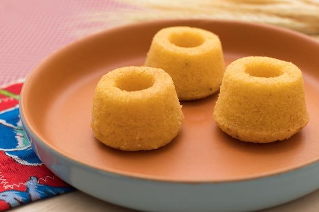 Brasilianische kultur. minimaismehlkuchen auf einer schönen rustikalen platte und einem weizen