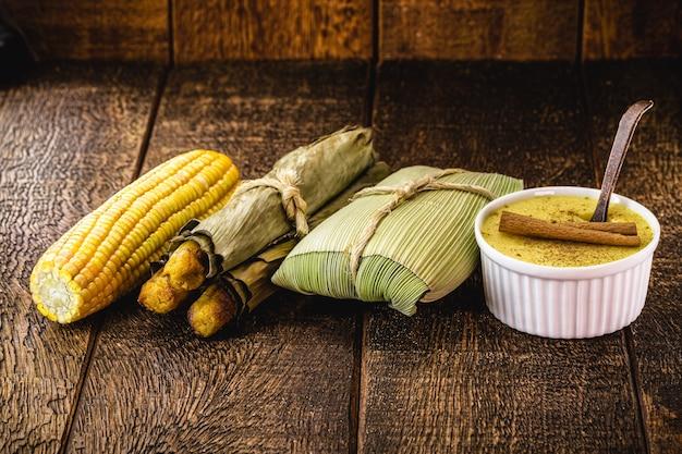 Brasilianische leckereien, ländliche süßigkeiten von juni-partys, gekochter mais, maisbrot, süßes curry mit zimt und brei