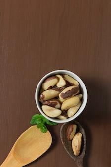 Brasilianische nüsse in einer schüssel auf einem holztisch