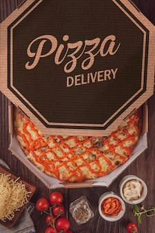 Brasilianische pizza mit sechs käsesorten, mozzarella, provolone, parmesan, catupiry, cheddar und gorgonzola in einer lieferbox (pizza seis queijos) - draufsicht.