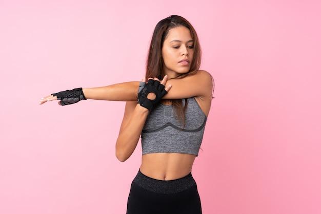 Brasilianische sportfrau über rosa