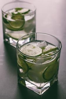 Brasilianischer cocktail caipirinha, cachaca, zucker und kalk, abgetöntes foto