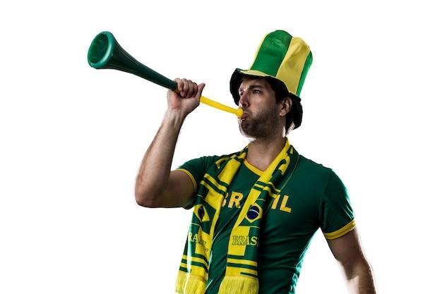 Brasilianischer fan, der auf einem weißen raum feiert.