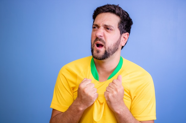 Brasilianischer fan feiert auf blau