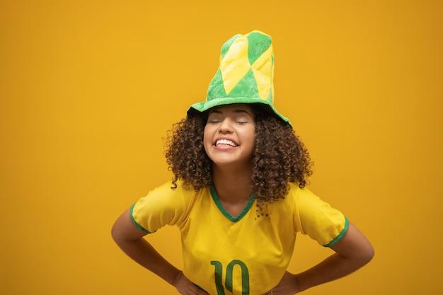 Brasilianischer frauenfan, der auf fußball feiert