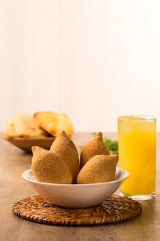 Brasilianischer frittierter hühnersnack, beliebt bei lokalen partys.