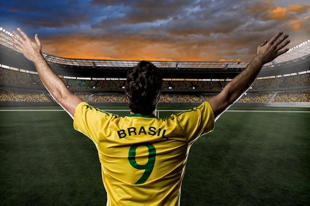 Brasilianischer fußballspieler, der mit den fans feiert.
