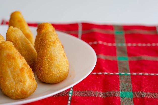 Brasilianischer imbiss der coxinha ist ein brasilianischer salgadinho mit ursprung in brasilien, der ebenfalls aus portugal besteht und aus weizenmehl und hühnerbrühe besteht