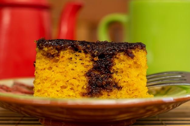 Brasilianischer karottenkuchen mit schokoladenglasur