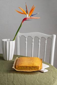 Brasilianischer kuchen mit hohem winkel auf backfolie