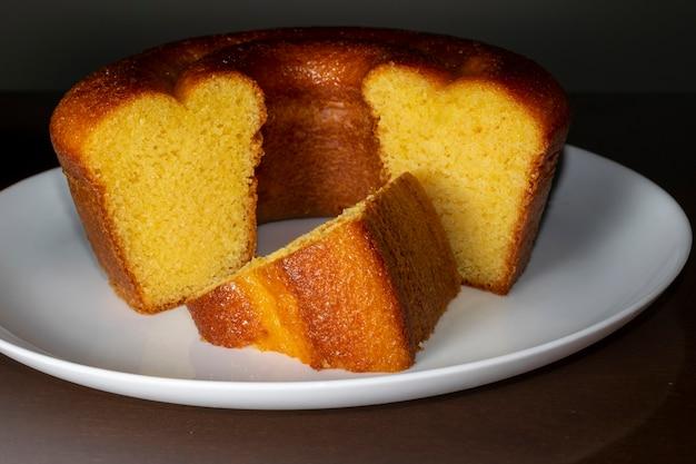 Brasilianischer maiskuchen mit einer art maismehl.