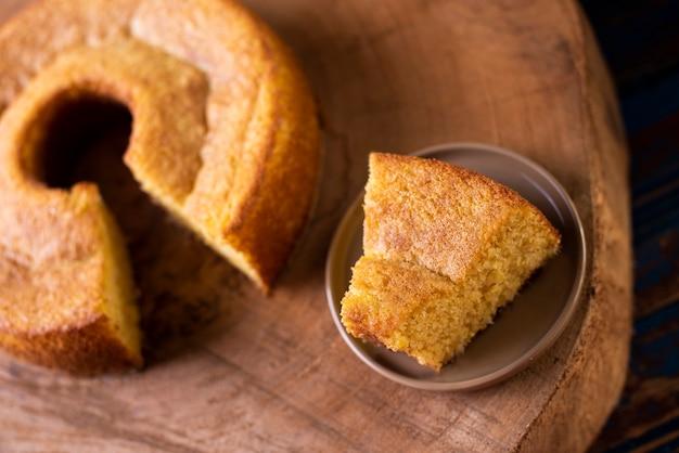 Brasilianischer maiskuchen mit einer art maismehl
