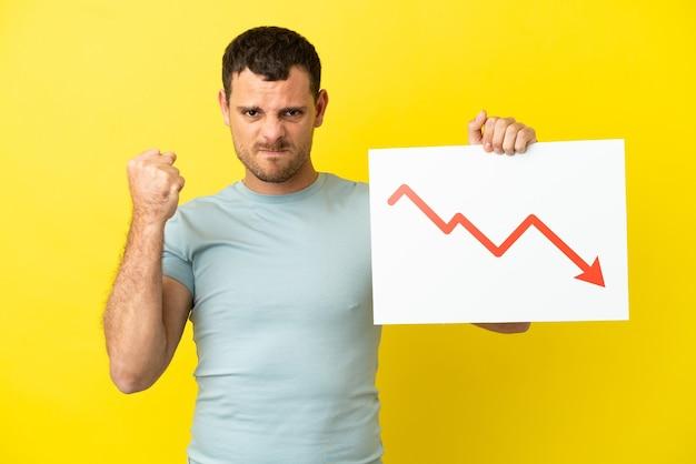 Brasilianischer mann, der ein plakat hält