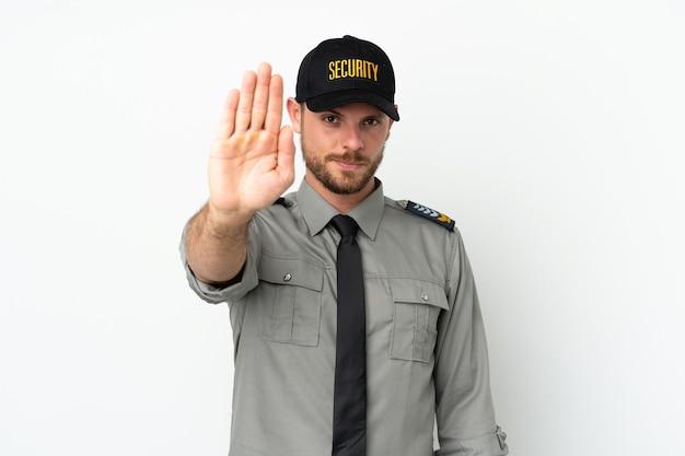 Brasilianischer mann der jungen sicherheit isoliert auf weißem hintergrund, der stop-geste macht