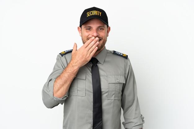 Brasilianischer mann der jungen sicherheit isoliert auf weißem hintergrund glücklich und lächelnd, den mund mit der hand bedeckend