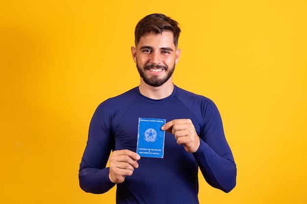 Brasilianischer mann mit dokumentenarbeit und sozialversicherung, (carteira de trabalho e previdencia social)