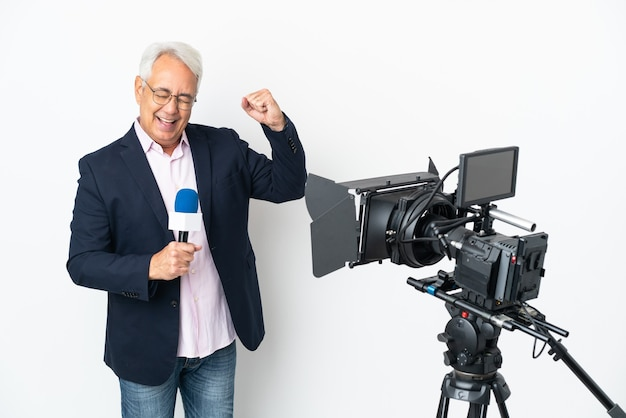 Brasilianischer mann mittleren alters des reporters, der ein mikrofon hält und nachrichten isoliert auf weißem hintergrund berichtet, der einen sieg feiert
