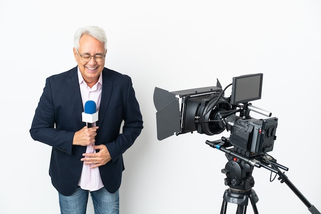 Brasilianischer mann mittleren alters des reporters, der ein mikrofon hält und nachrichten isoliert auf weißem hintergrund viel lächelnd berichtet