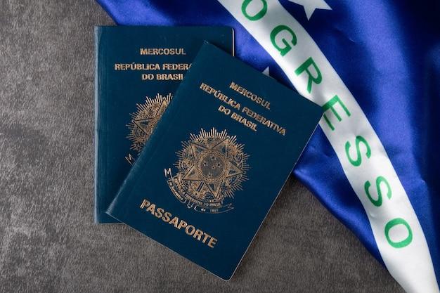 Brasilianischer pass mit brasilianischer flagge