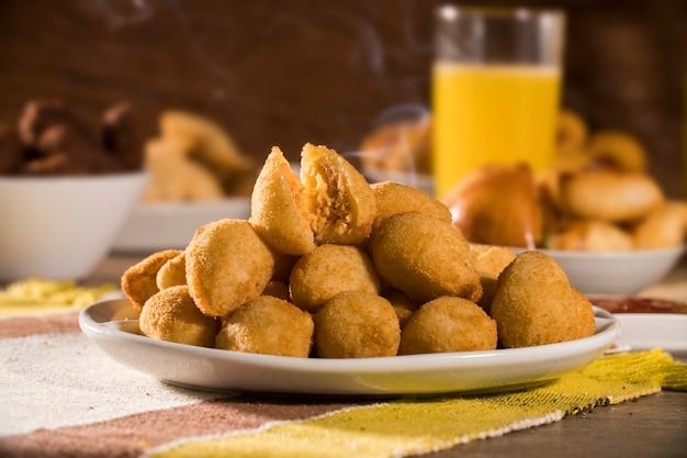 Brasilianischer snack. coxinha de frango.