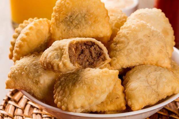 Brasilianischer snack. fleischgebäck.