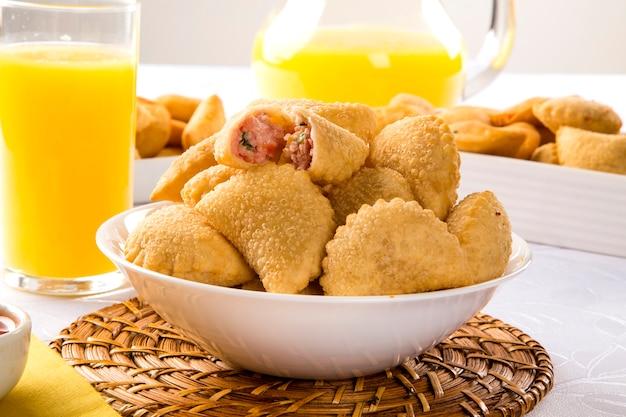 Brasilianischer snack. schinken-käse-gebäck auf dem tisch.