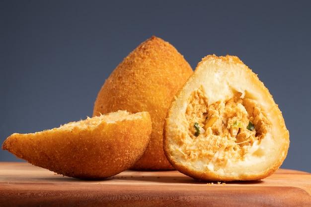 Brasilianischer snack, selektiver fokus auf zwei hälften von coxinha von hühnchen.