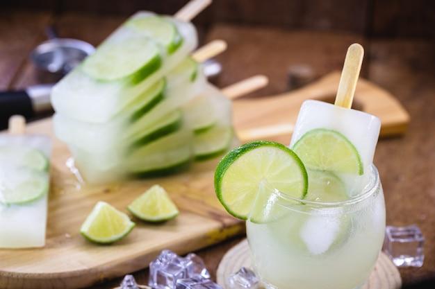 Brasilianisches alkoholisches getränk mit zitrone und eis, eis am stiel genannt