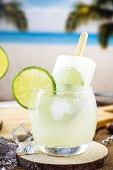 Brasilianisches alkoholisches getränk mit zitrone und eis, genannt caipirinha