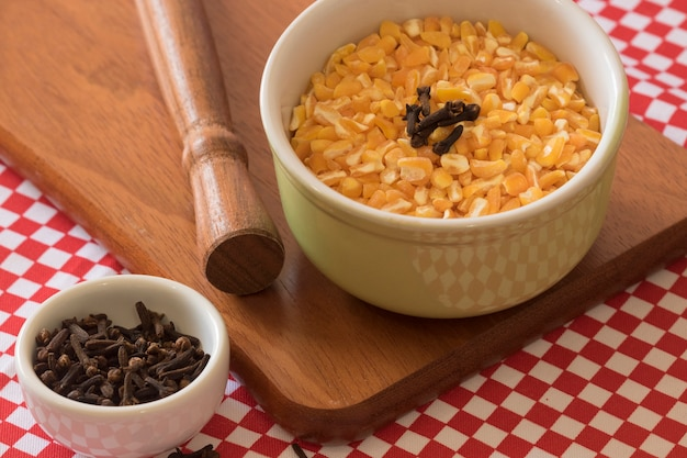 Brasilianisches dessert süß von gelbem trockenem mais mit nelke in der schüssel