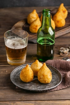 Brasilianisches essen auf teller und bierglas hoher winkel