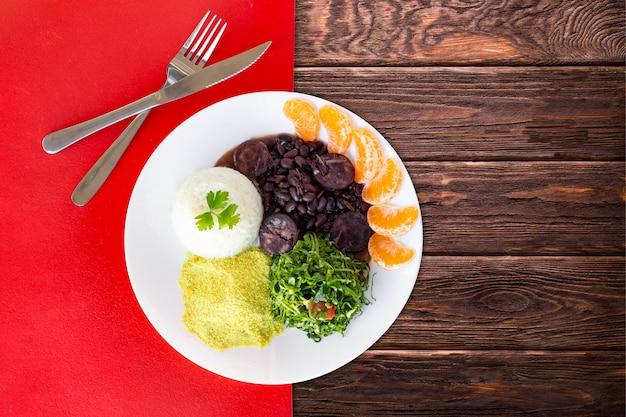 Brasilianisches feijoada-essen. draufsicht - bild
