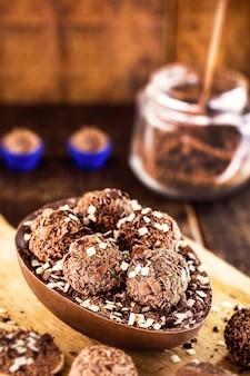 Brasilianisches osterei, gefüllt mit schokoladen- und brigadeiro-bonbons
