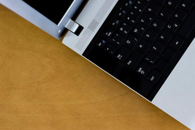 Brasilianisches sozialversicherungsdokument auf computer, hintergrundholztisch
