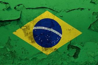 Brasilien-Flagge, die auf Schmutz gemalt wird, knackte Wand