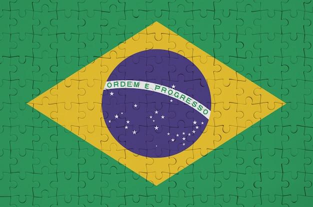 Brasilien flagge ist auf einem gefalteten puzzle dargestellt