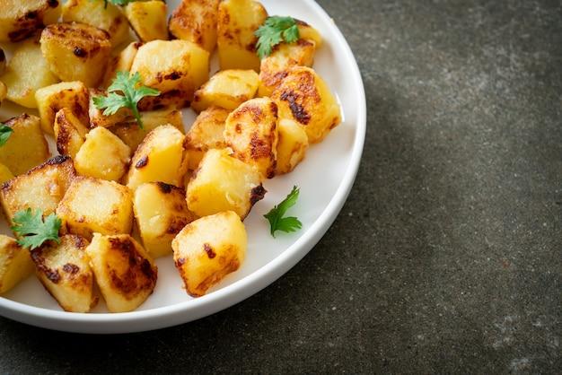Brat- oder grillkartoffeln auf weißem teller